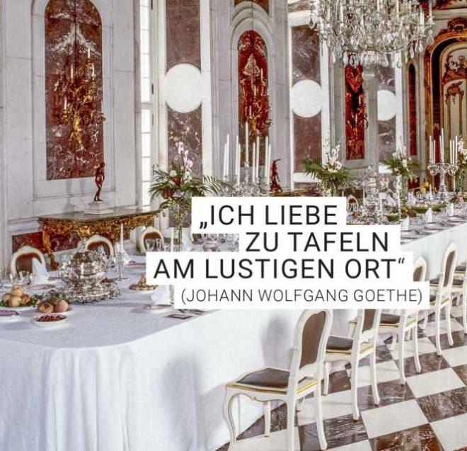 """Herrschaftliche Tafel, fein gedeckt mit Zitat von Goethe: """"Ich lieb zu tafeln am lustigen Ort"""". Illustrierend zur Blogparade #SchlossGenuss. Foto von Stiftung Preußische Schlösser und Gärten Berlin-Brandenburg"""