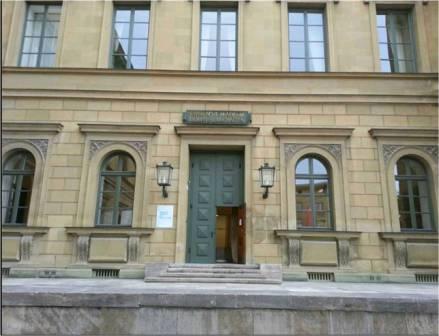 """Die Podiumsdiskussion zur moralischen Frage, ob Apps auch schwierige Themen behandeln dürfen, fand 2013 in der Bayerischen Akademie der Wissenschaften statt. Ich nahm die Web-App """"Gehdenken"""" in den Blick."""