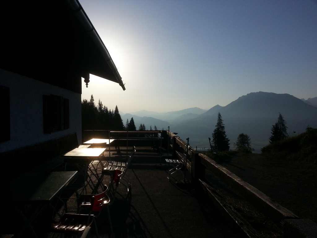 Sonnenuntergang auf der Alm mit Hütte
