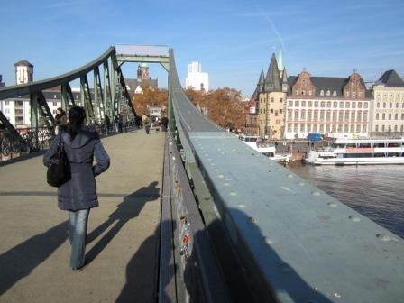 Es geht um Brücken bauen: Museum - Leser. Dazu passt das Bild des historischen museums frankfurts prima!