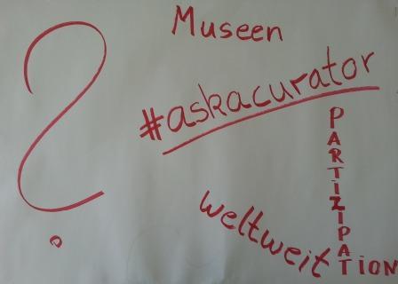Weißes Blatt Papier mit bunter Schrift zum #askacurator - eine weltweite Initiative von @MarDixon. Kuratoren, Experten aus Museen beantworten Fragen auf Twitter.