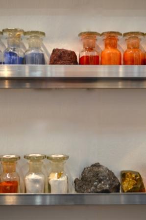 Pigmentregal mit mineralischen Rohstoffen; Foto: Galerie Bender