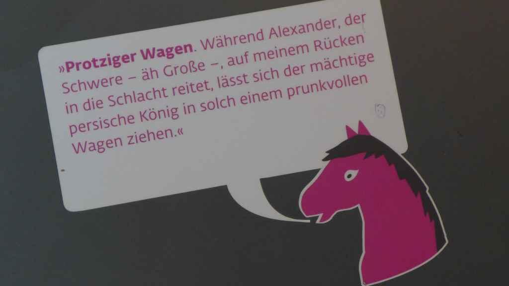 Beschriftung für Kinder durch die Alexander-Ausstellung in Rosenheim.