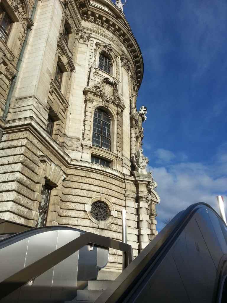Blick von der Rolltreppe auf historische Architektur am Stachus.