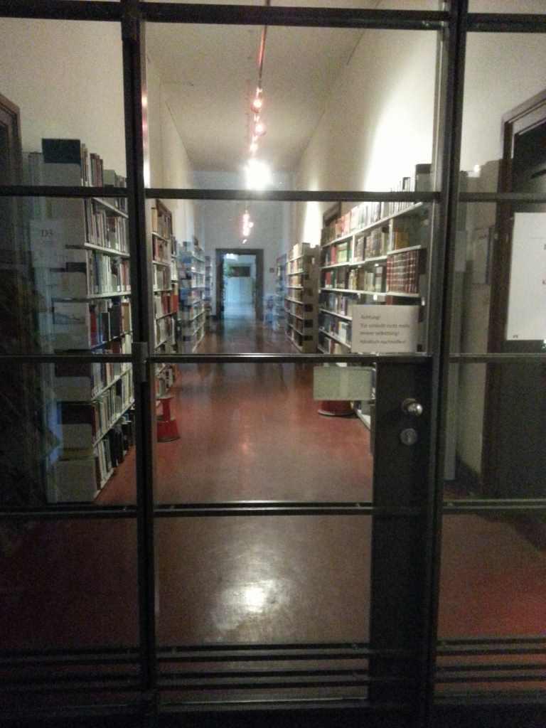 Blick auf die Bibliothek des ZIs.