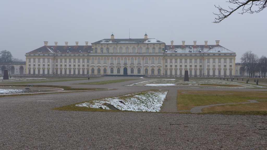 Blick auf das Neue Schloss Schleißheim im Winter, leicht nebelig.