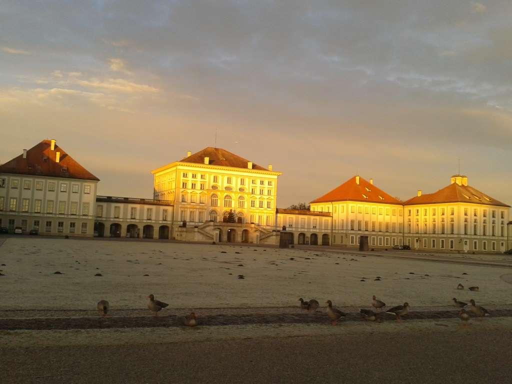 Aufnahme von Schloss Nymphenburg im Morgenrot im Winter.