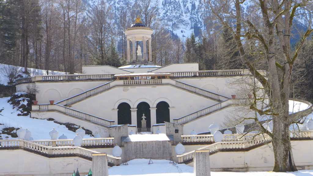Blick in den winterlichen Park von Schloss Linderhof.