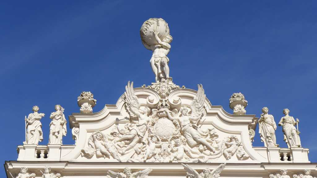 Blick auf die Gibelzone von Schloss Linderhof mit Herkules, der die Erde trägt.