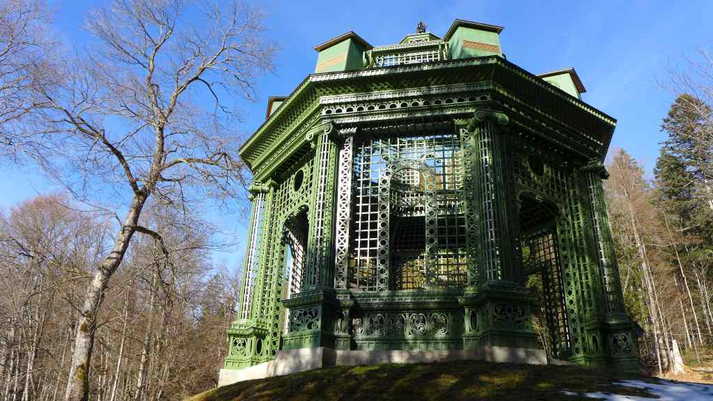 Grüner Pavillon im Schlosspark Linderhof.