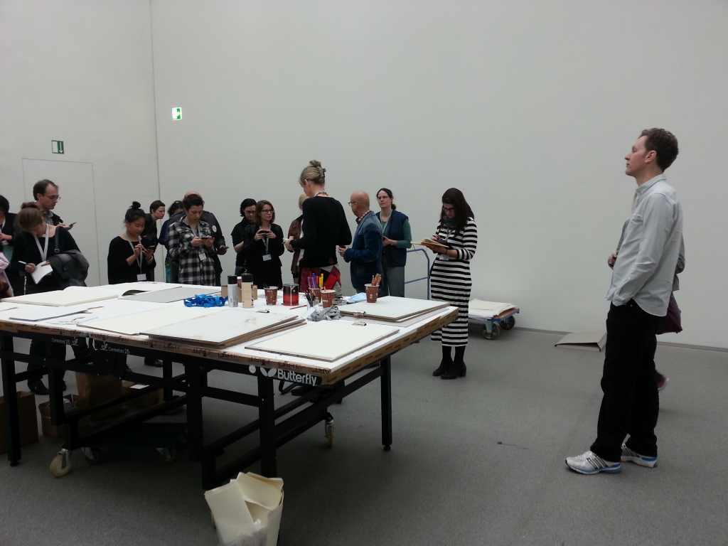 David Shrigley beobachtet die twitternde Meute mit großem Abstand. Tweetup, Pinakotheken.