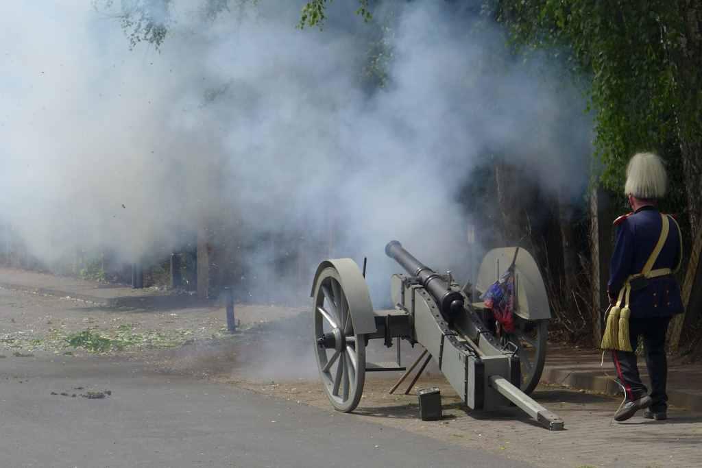 Just abgefeuerte und rauchend Kanone der Artillerie.