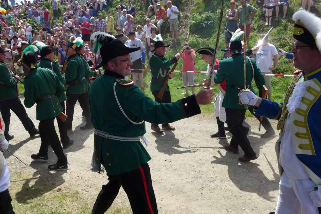 Jaäger kämpft mit dem Degen gegen einen Soldaten der Jungen Garde. Schüttenhoff 2014.