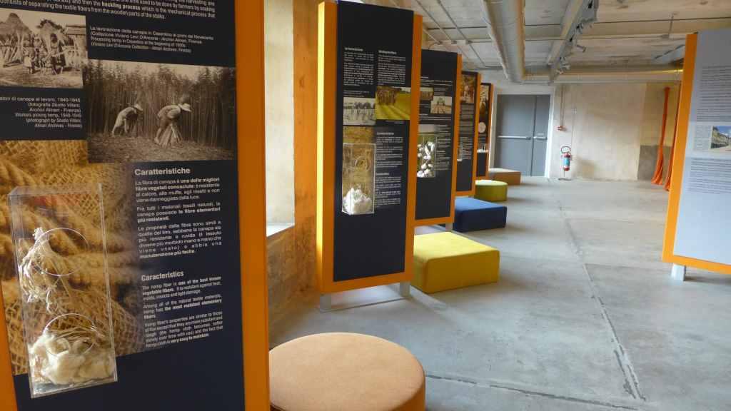 Blick in die Ausstellung mit Fühlstationen. Stia, Baumwollmuseum.