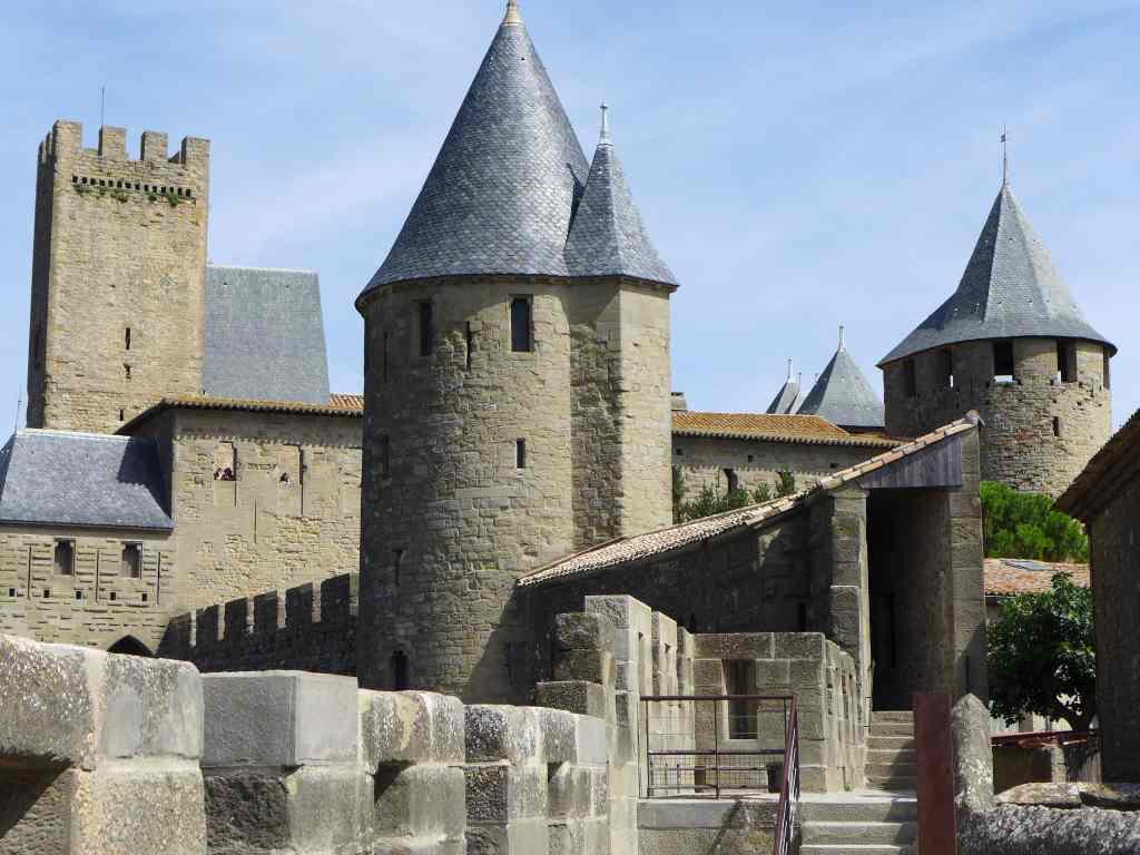 Burgmauern, Wehrtürme und Wehrgang beeindrucken. Weltkulturerbe Carcassonne.