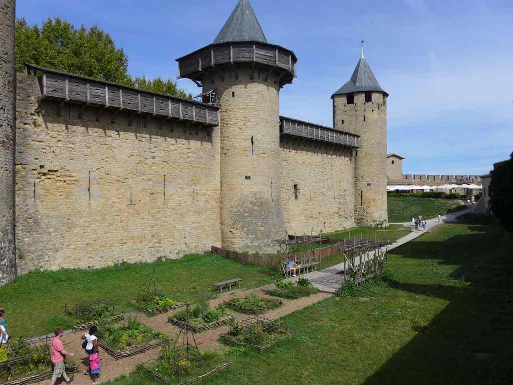 Blick auf die Burgmauern der inneren Burg von Carcassonne mit vorgelagertem Kräutergärtlein.