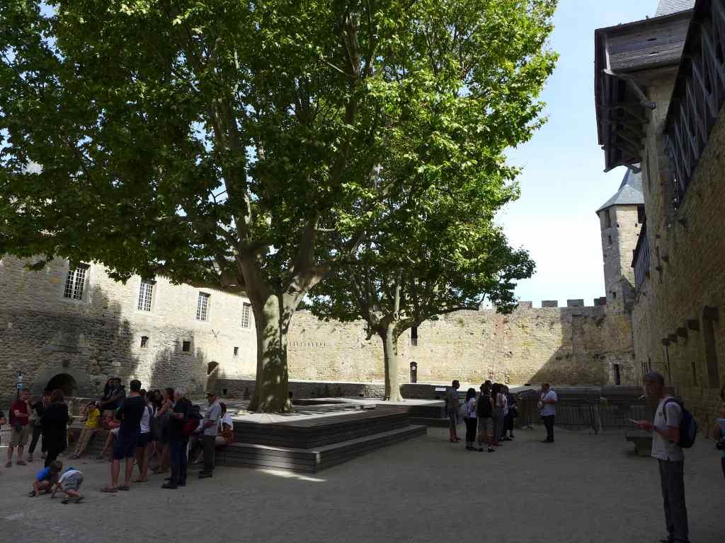 Blick in den Innenhof der Burg von Carcassonne.