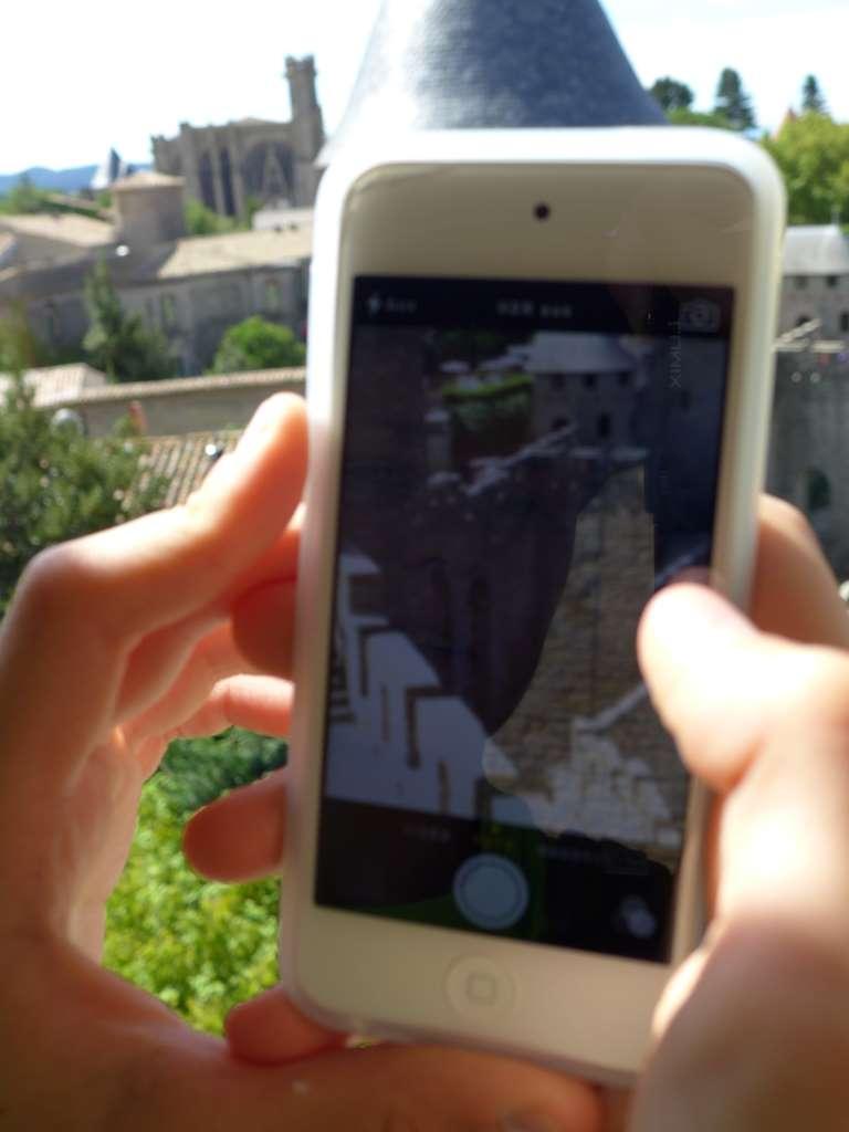 Junior fotografiert mit iPod sein Lieblingsmotiv vom Wehrgang der Burg von Carcassonne aus.