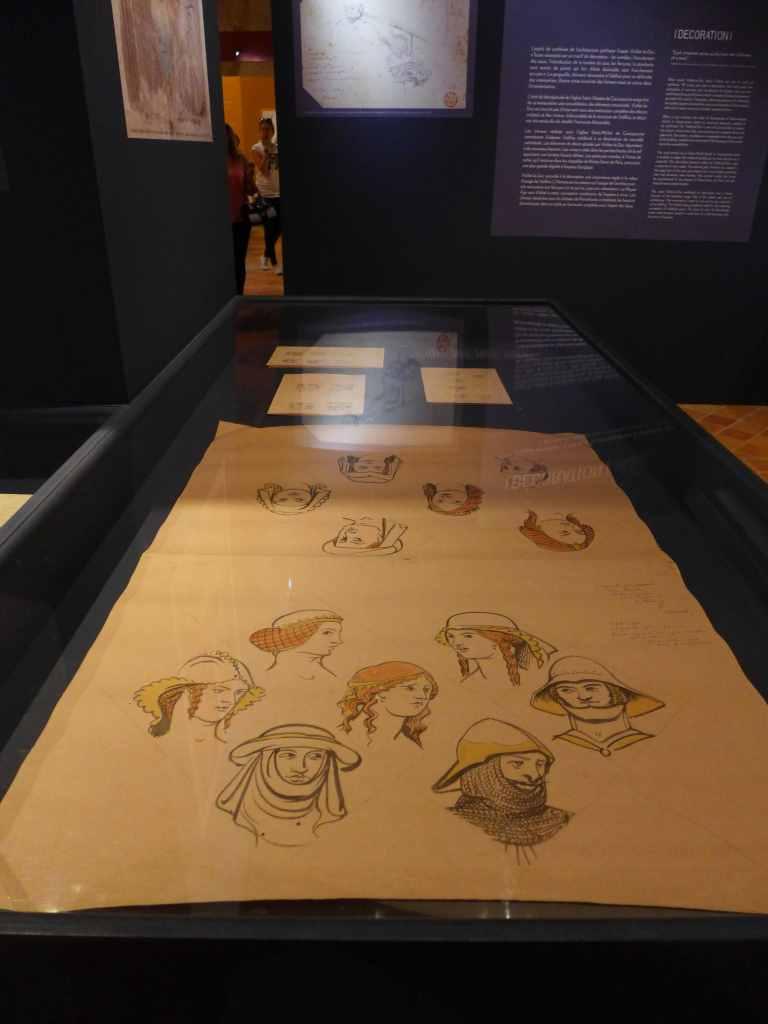 Blick in den Ausstellungsraum des Museums mit in einer Vitrine präsentierte Zeichnungen von Charkterköpfen, Carcassonne.