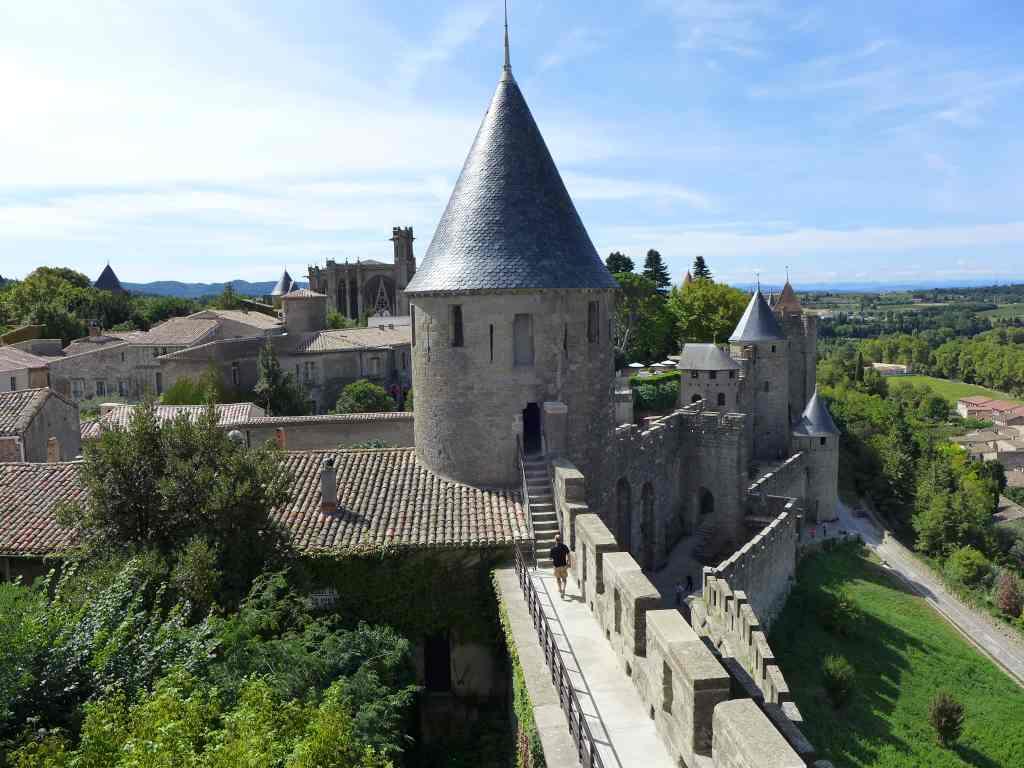 Blick von oben aus einem Turm auf die Wehrmauern von Carcassonne.
