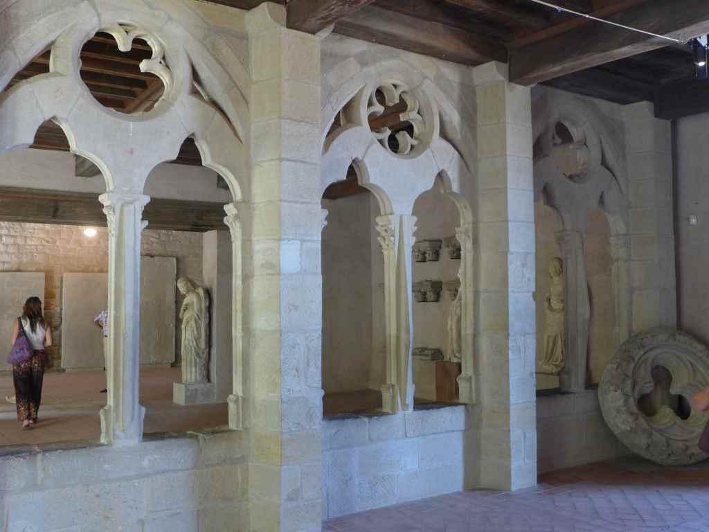 Einblick ins Museum mit Kreuzgang und Skulpturen von Carcassonne.