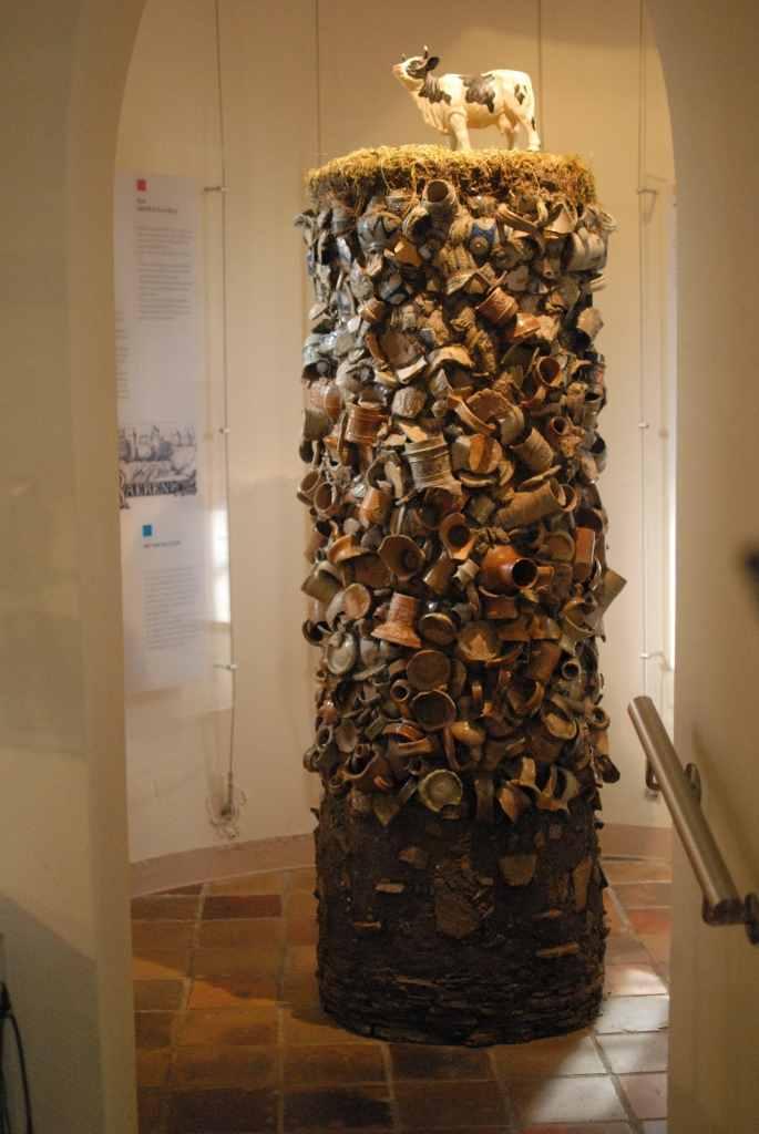 Inszenierung einer typischen archäologischen Situation in Raeren in Form eines Scherbenturms.