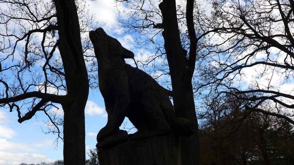 Skulpturenwolf im Tierpark Sababurg