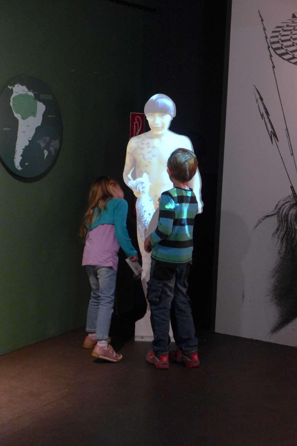 Holzaufsteller eines Regenwald-Bewohners zieht die Aufmerksamkeit der Kinder auf sich.