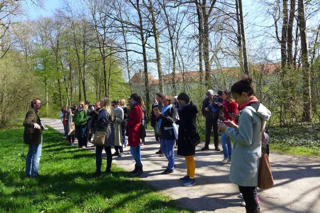 Unser Gartenfachmann führt zum ersten Landschaftsgemälde im Park, zur Sichtachse der Amalienburg, #NymApp