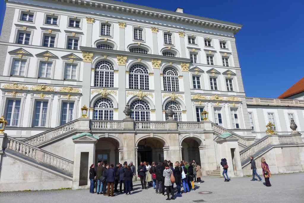 Die Lustwandler sammeln sich vor dem Schloss Nymphenburg.