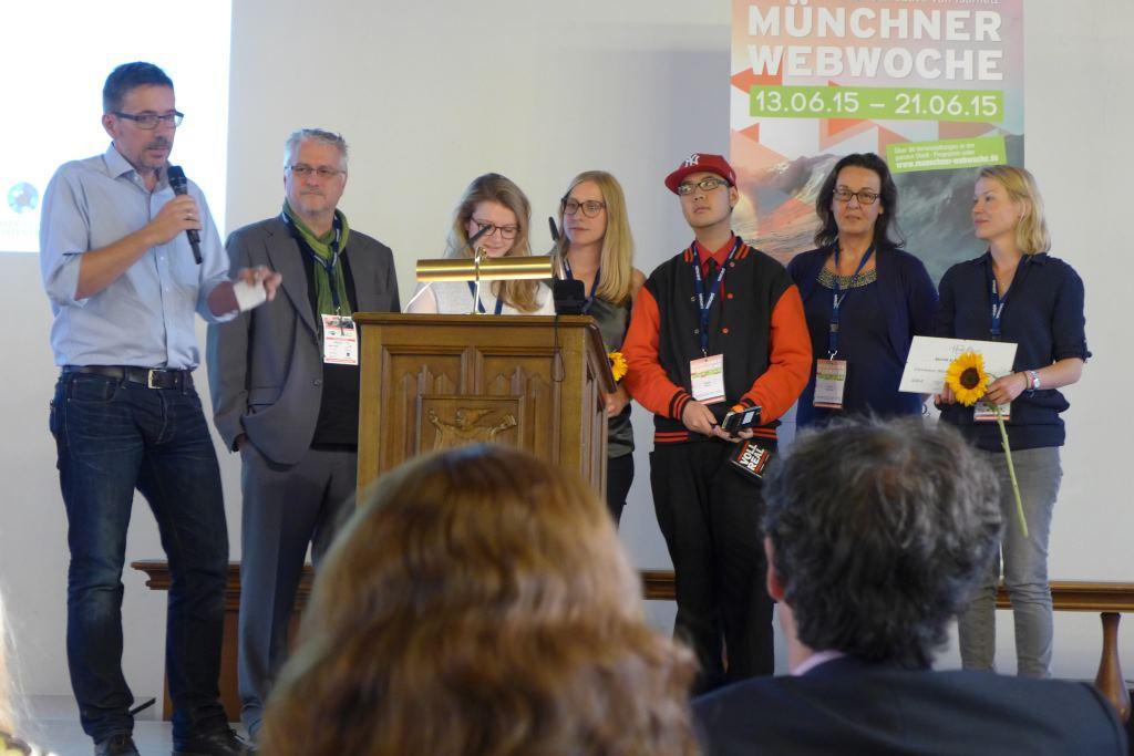 Herzlichen Glückwunsch liebes Münchner Kindl für den Gewinn des Isarnetz Blog Awards 2015 - hier mit den Juroren auf der Bühne!