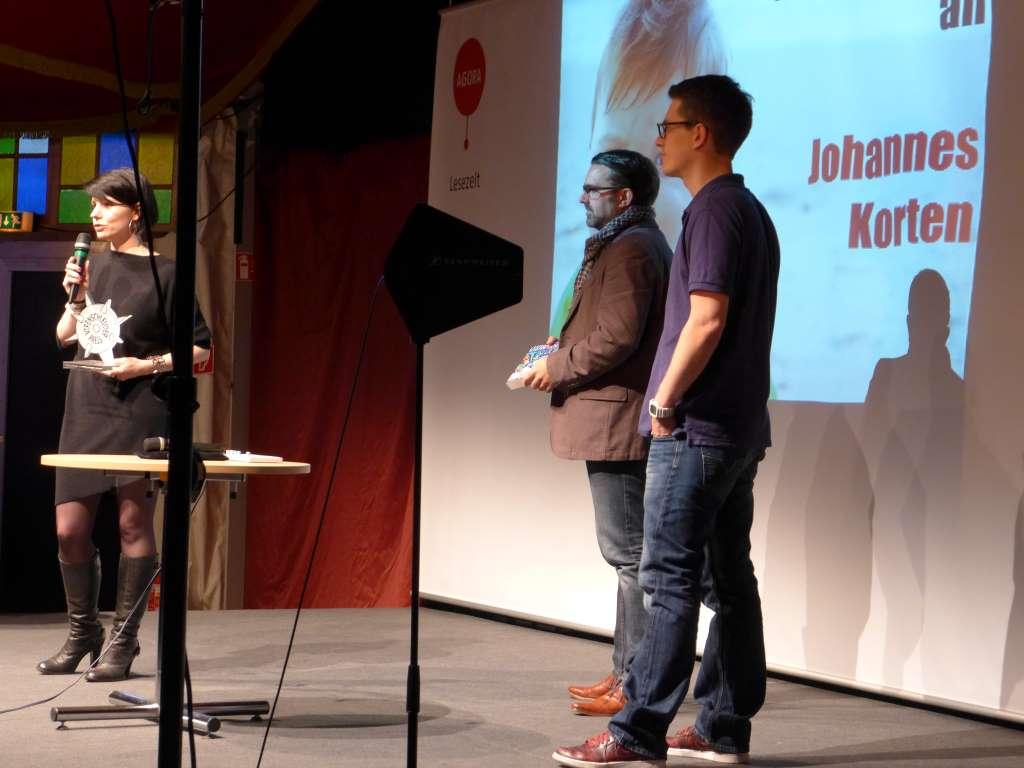 Preisträger Johannes Korten und Leander Wattig stehen auf der Bühne.