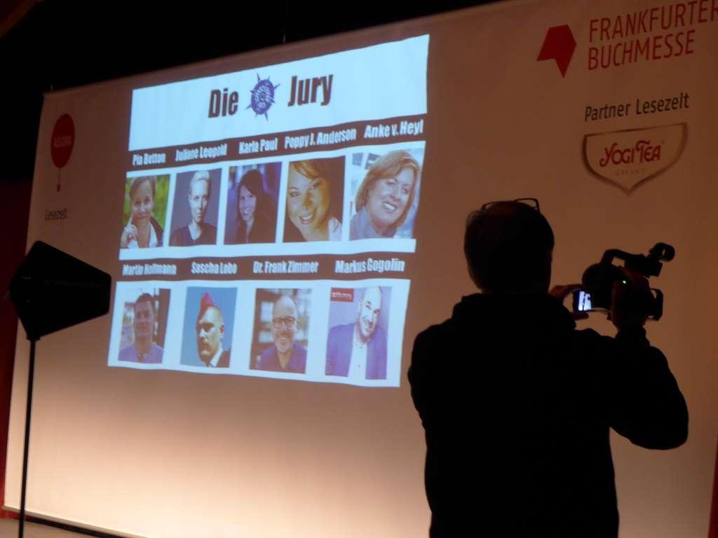 Bild der Jury-Mitglieder des Virenschleuderpreises 2015 wird auf Leinwand gezeigt.