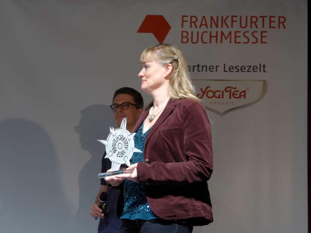 Bild von Tanja Praske mit dem Virenschleuderpreis 2015 in der Hand für das #Lustwandeln