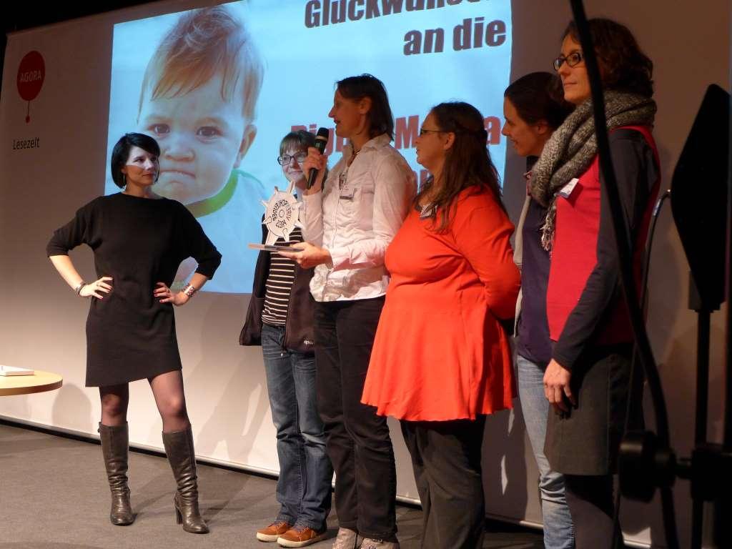 """Bild von den Digital Media Women, die den Preis in der Kategorie """"bestes Team"""" erhalten haben."""