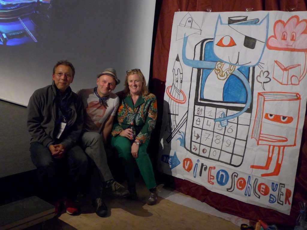 Jim Avignon verschenkt sein während der Verleihung des Virenschleuderpreises gemaltes Kunstwerk.