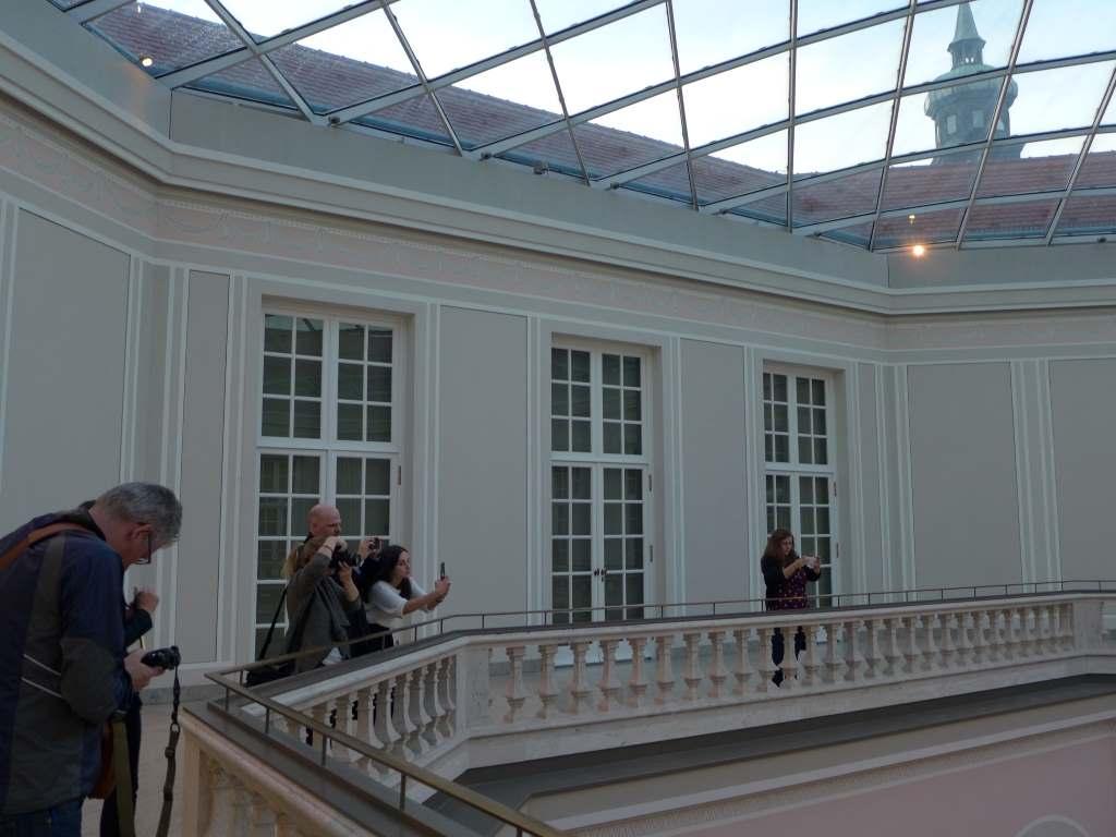 Instagrammer auf der Suche nach dem Shot in der Residenz München.
