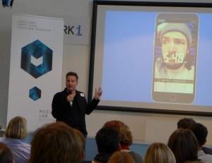 Richard Gutjahr stellt die Funktionsweise von Snapchat für Dummies vor. Digital Media Camp 2016.