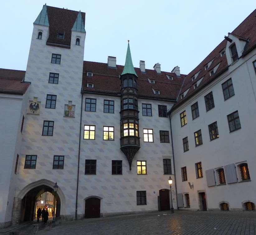 Ansicht des Alten Hofes in München bei Dämmerung.