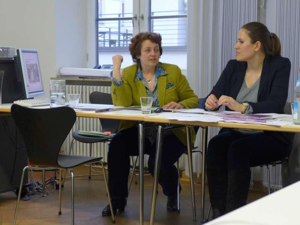 Dr. Astrid Pellengahr mit Mitarbeiterin stellen Regeln zum Schreiben fürs Hören auf.
