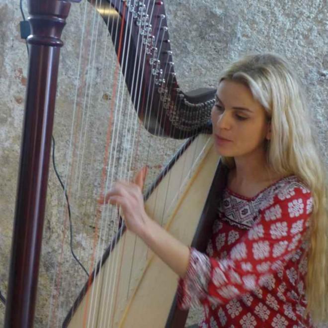 Marion Hensel spielt die Harfe. Sie organisiert den 3. Burghauser Harfenfrühling