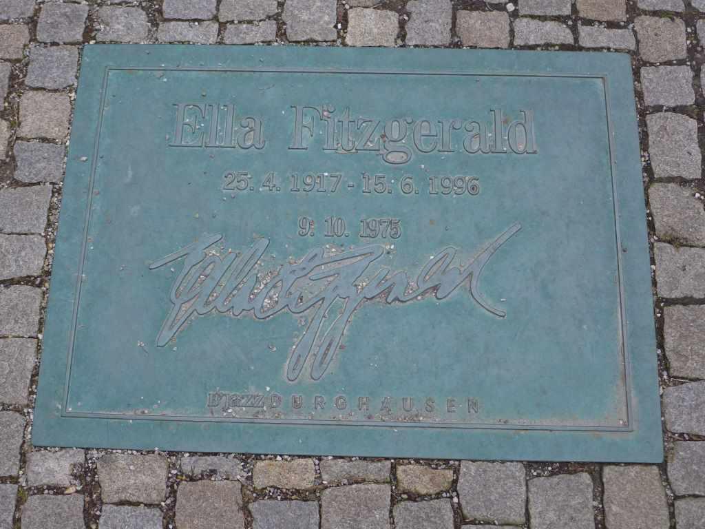 Bodenplatte von Ella Fitzergald auf der Street of Fame in Burghausen.