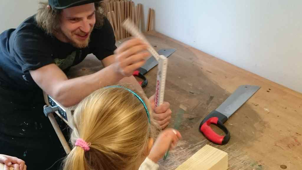 Kinderkunsthaus München feiert 5. Geburtstag. Mini und ihre Freundin werkelten mit Holz, bastelten einen Feuervogel und bekamen schwarze Finger