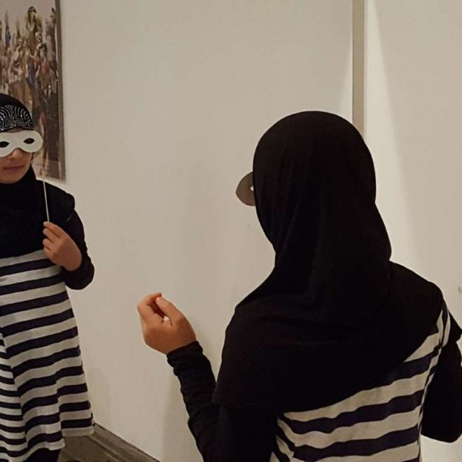 Flüchtlingskinder machen eine Museumstour in München - hier Maskenspiel