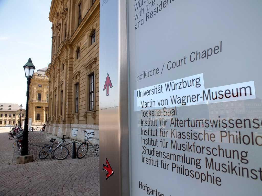 Hier geht's rein - der Eingang zum Martin von Wagner Museum im Suedfluegel der Residenz - #KultTrip