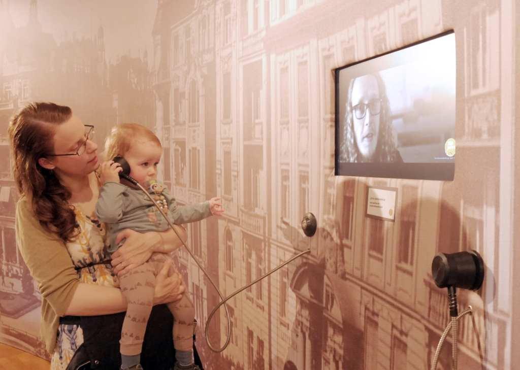 Jenni Fuchs mit Sohn Alfred in der Ausstellung. © Stadtmuseum Berlin | Foto: Martin Schäfer #KultTrip, Elternzeit
