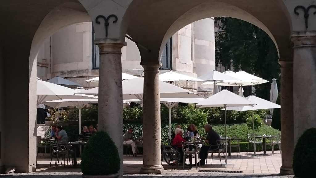 Der Milchcafé im Restaurant des Bayerischen Nationalmuseums ist schon mal fein. Das Essen muss ich mal testen.