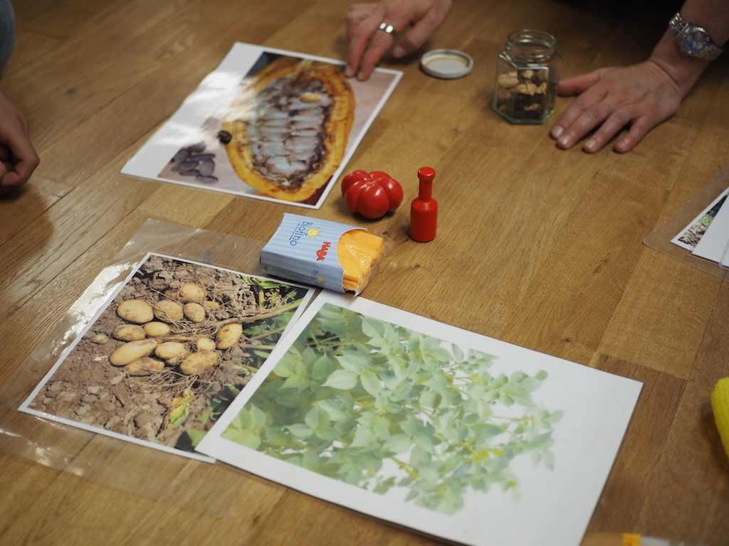 Tisch mit Bastel- und Spielmaterial für die Kinder mit Migrationshintergrund im Museum Fünf Kontinente #MMuseumsT mit Würfelspiel