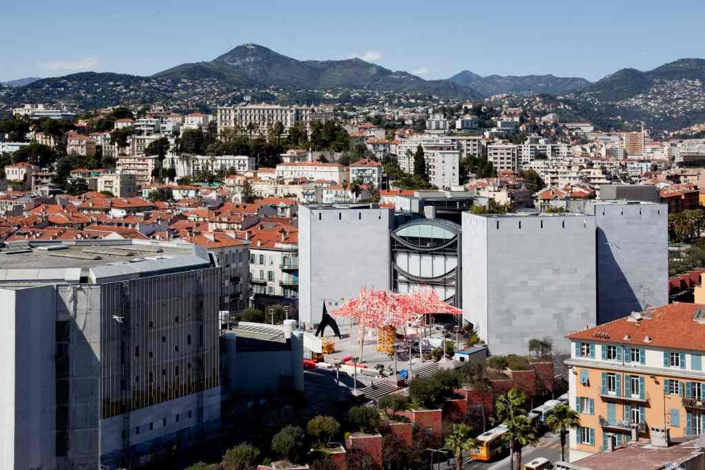 Blick von oben auf die Stadt mit dem Théâtre National de Nice auf der linken Seite und dem MAMAC auf der rechten Seiten, Nizzas Architektur..