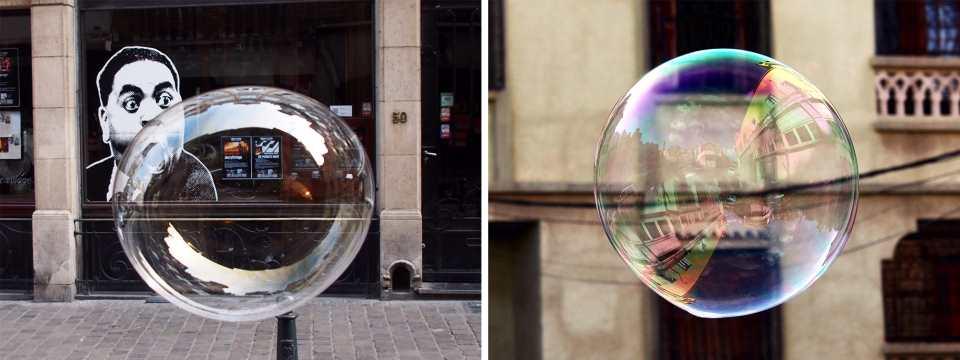 Zwei Arbeiten von Khaled Youssef aus seiner Bubble-Fotografie werden gezeigt. Das linke Bild zeigt eine große Seifenblase und dahinter den Streetart Kopf eines Mannes, der die Backen aufbläst und die Seifenblase scheinbar macht. Das rechte Bild zeigt eine frei schwebende Seifenblase, auf der sich die Architektur spiegelt, Nizza.